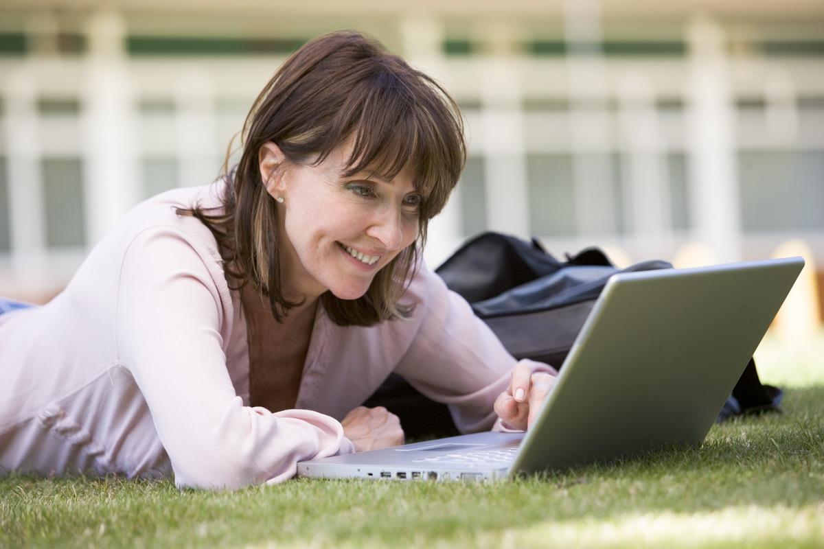 olyan egyszerű legyen használni, hogy a vállalkozók akár maguk is képesek legyenek kialakítani vele a saját weboldalukat